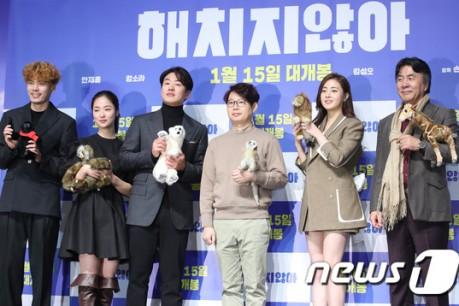 Actors Kim Seong-oh, Jeon Yeo-bin, Ahn Jae-hong, Kang So-ra, and Park Young-gyu pose in a movie