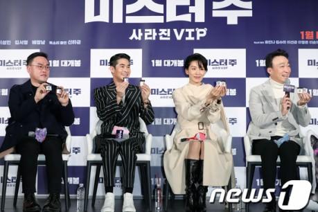 Director Kim Tae-yoon, actors Bae Jung-nam, Lee Sung-min, and Kim Seo-hyeong pose at the movie 'Mr. Joo' production presentation report held at the megabox Dongdaemun in Jung-gu, Seoul on the 19th.