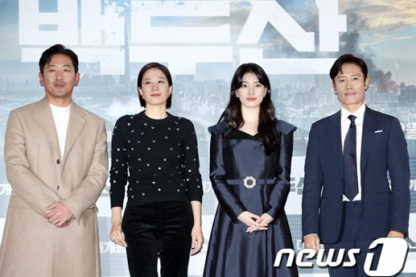 Actor Ha Jung-woo, Jeon Hye-jin, Bae Suzy, and Lee Byung-hun pose at a media premiere of the movie 'Ashfall' director by Lee Hae-jun, Kim Byung-seo held at Yongsan CGV in seoul on the 18th.