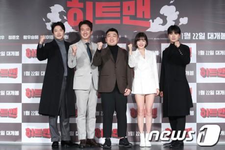 Actor Kwon Sang-woo, Jung Joon-ho, Hwang Woo-seul-hye, Lee Yi-kyung, and Choi Won-seop poses at a production report for the movie 'Hitman'  held at the Lotte Cinema Konkuk University entrance on the afternoon of 23rd.