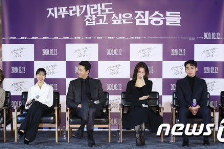 Actors Yoon Yeo-jung, Jeon Do-yeon, Jung Woo-sung, Shin Hyun-bin, Jung Ga-ram, and director Kim Yong-hoon attended the production report 'Beasts that Cling to the Straw' at Megabox Seongsu in Seoul on the 13th.