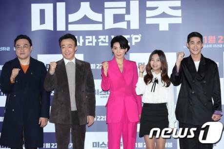 Director Kim Tae-yoon  and actors Lee Sung-min, Kim Seo-hyung, Kal So-won and Bae Jung-nam pose at the press screening of Mr. Joo directed by Kim Tae-yun at the megabox Dongdaemun in Jung-gu, Seoul on the afternoon of 13th.