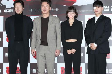 Actor Kwon Sang-woo, Jung Joon-ho, Hwang Woo-seul-hye, and Lee Kyung-kyeong pose at the press premiere of the movie 'Hit man' held at Lotte Cinema Konkuk University on the 14th.