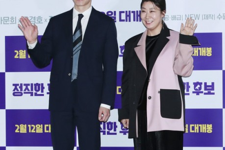 Actor Kim Mu-yeol and La Mi-ran pose at a media premiere of Honest Candidates at Yongsan CGV in the afternoon of 28th.