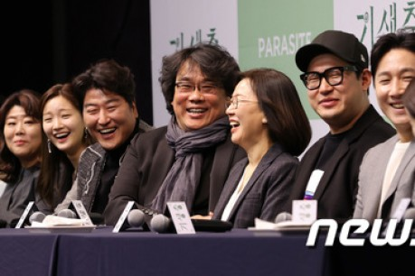 Director Bong Joon-ho smiles at the press conference with the parasite actors at the movie 'Parasite' at the Westin Chosun Hotel in Sogong-ro, Jung-gu, Seoul on the 19th.