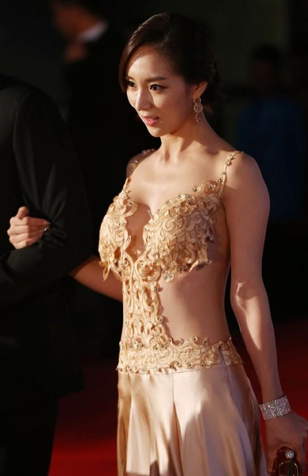 Korean actress Oh In Hye stuns red carpet audience