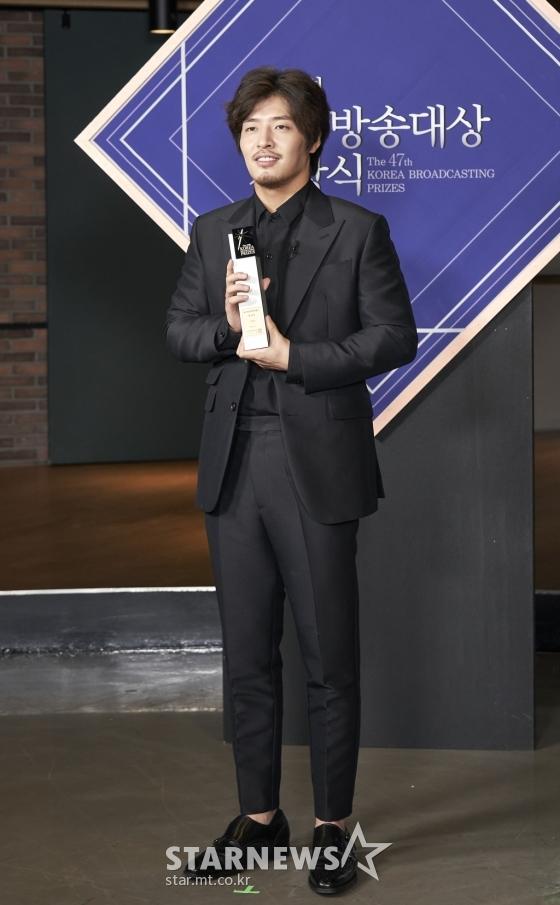 kang-ha-neul-won-actor-award-at-the-47th