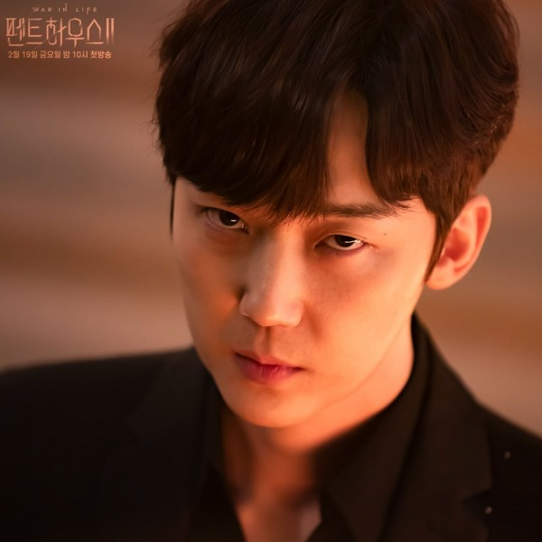 Yoon Jong Hoon Exhibits his Wickedness in New Stills for 'The Penthouse' Season 2