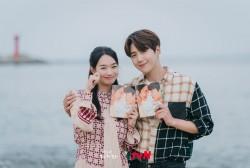 Kim Seon Ho and Shin Min Ah's 'Hometown Cha-Cha-Cha' Remains Unbeatable at No.1 as the Most Buzzworthy Drama