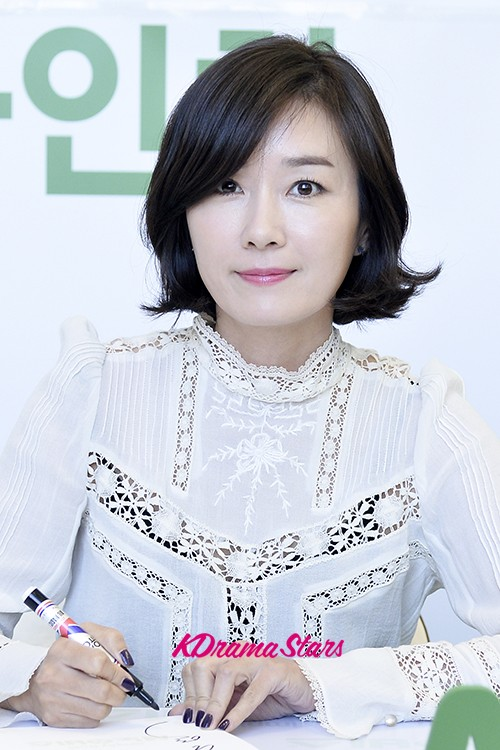 Actress Oh Yeon Soo Holds Fan Sign Event for Cenovis